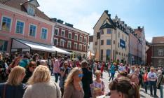 Folkvimmel på Donners plats i Visby, Almedalsveckan 2014