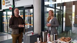 Ulrika Jeppson Wigg i styrelsen för SULF-föreningen vid Mälardalens högskola bjuder medlemmen Mats Fagerberg på fika.