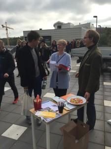 Fia Fredricson Flodin och Anders Ullholm från SULF-föreningen vid Södertörns högskola värvar nya medlemmar i morgonrusningen.