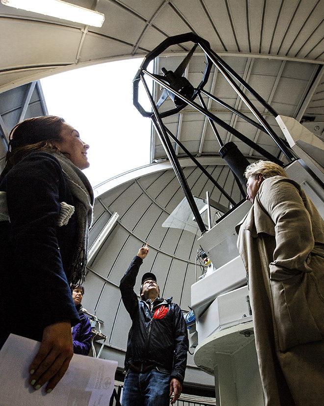 Universitetslektor Magnus Näslund visar Albanova-teleskopet för en grupp lärare. Platserna till allmänhetens visningar brukar ta slut på några minuter.