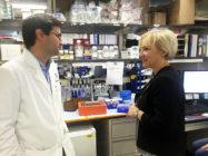 Helene Hellmark Knutsson (S), minister för högre utbildning och forskning, samtalar med Christian Hinrichs på National Cancer Institute i Washington DC. Hinrichs förklarar sin framgångsrika forskning.