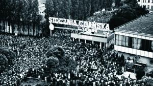 Storstrejken vid varvet i Gdansk år 1980.Arbetarna låste in sig på varvet och krävde att få förhandla direkt med regeringen inför direktsänd television för att minska regimens möjligheter att manipulera deras krav.