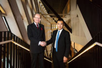 Anders Hamsten skakar hand med Ming Wai Lau